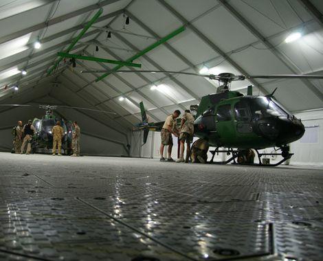 Mobil hangar til Fennec-helikoptere med Rola-Trac gulv