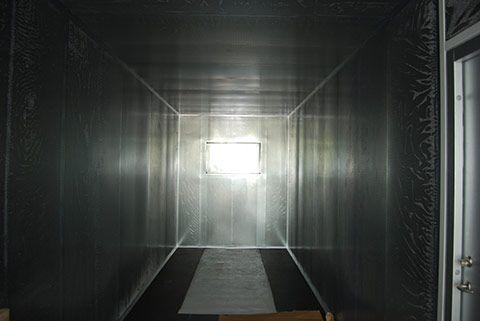 Støjdæmpet container set indefra