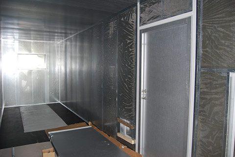Støjdæmpet container indretning