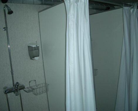 Brusekabine i toilet og badcontainer til militært brug