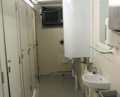 Toilet container militært brug med båse