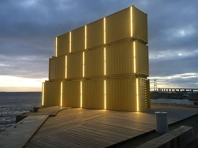 Udspringstårn til Halsskov Færgehavn med lys ved aftenstid